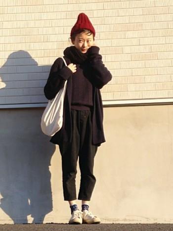 黒パンツ×バーガンディーは、ほっこりあたたかな雰囲気に。冬の日差しが似合う素敵なコーディネートですね。