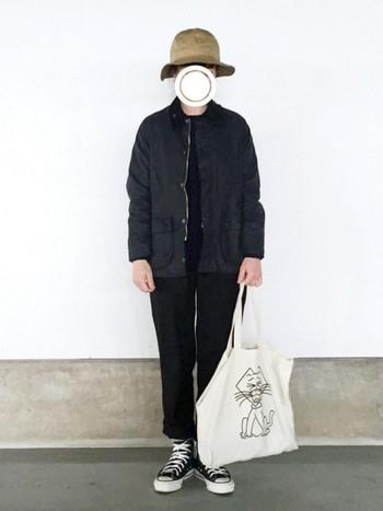 黒パンツに黒ブルゾンでメンズっぽくまとめたコーディネート。小物使いでかわいらしさをプラスするのも忘れずに。