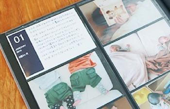 """こちらは整理収納アドバイザーEmiさん考案の『Year Photo Album』。""""1年に1冊、1ヵ月分を1見開きに""""をルールにまとめた写真アルバム。厳選された写真だけを集めた、とっておきのアルバムが出来上がります。"""