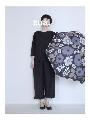 ゆったりとしたシルエットでもだらしなく見えない黒パンツ。オールブラックでまとめたシックなコーディネートには、はっきりとした柄の小物でかわいらしさを取り入れて。