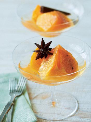 寒い季節の果物といえば、柿が人気です。 そのまま食べても、干し柿にしたり、スイーツやお料理にも使えますね。