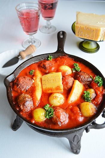 ボリューム満点の大きめポークボールが目をひくトマト煮込み。スキレットに材料を入れて焼いてから煮込むだけ、簡単なのに見栄えがいい、嬉しいレシピです。