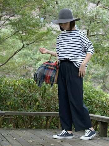 ■ボーダーシャツ+ワイドパンツ きれいめワイドパンツにボーダーシャツを合わせると、大人のマリンスタイルが完成!足元をスニーカーにして、オフの日らしくカジュアルダウン♪