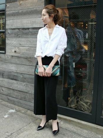 ■白シャツ+ワイドパンツ ベーシックな白シャツも、胸元を大きめに開けたり、袖をロールアップして変化をつけると、すっきりこなれた雰囲気に。バッグなどの小物を挿し色に使うのも効果的です。