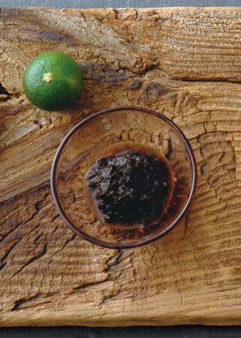 こちらも定番の「ご飯のおとも」であるのりの佃煮。湿気てしまった焼きのりがたくさんあるなら、佃煮にすることでおいしくアレンジできます。ちょっと珍しいピリ辛味が特徴です。