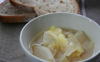 水切りヨーグルトを作った時に出てくるホエーは栄養満点。そのホエーをチキンベースの野菜スープに混ぜて美容にもうれしい野菜スープができました。
