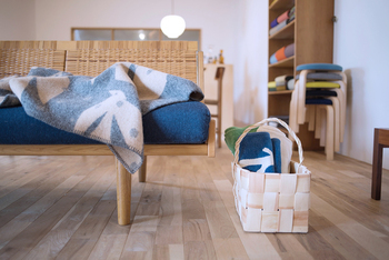 こんな北欧を感じる木製スクエア型のバスケットなら、お部屋の隅に雑誌やおもちゃなどを入れておくのにも最適。こちらはもみの木でできたものですが、年月とともに飴色に変わっていくのも味わい深くて楽しめます♪