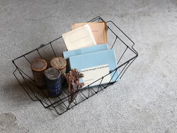 持ち運びに便利な把手付きワイヤーバスケット。キッチンに置いても、リビングに置いても中の小物をディスプレイのように見せる素敵なデザインです。
