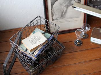 ワイヤーバスケットも蓋つきのものなら重ねられるので便利。本やCDを整理したり書類を入れたり、食材の保管に使ったりと用途はさまざまです。