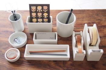 シンプルで美しくつややかな白はお部屋を選びません。こちらの白磁道具シリーズは、トレイにポット丸型・角型と、デスク周りで活躍しそうな使い勝手の良いものばかり。全部そろえたくなりますね♪