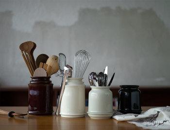 キッチンツール立ては安定感があるものがおススメです。こちらはキャニスターで代用しているわけではなく、元々キッチンツール立てとして倒れない設計で作られた贅沢なもの。そのため使い勝手はばっちりです。オシャレな見た目もお料理を楽しくしてくれそうですね♪
