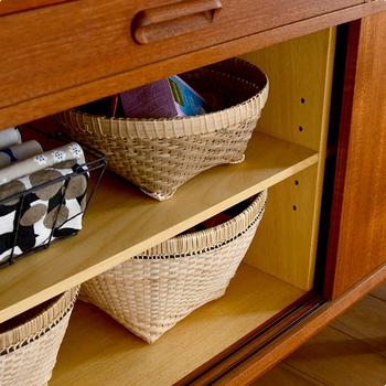 例えば扉で隠せる棚なども、カゴやケースなどのアイテムを使えば取り出しやすいし整理しやすいですよね。足つきバスケットなら、見せる収納や食卓に果物などを飾るカゴとして使っても素敵です♡