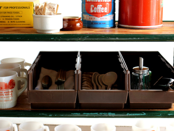 """レストランなどで""""運べるカトラリー入れ""""として使われているプラスチック製のオーガナイザーは、家庭で使うのもおススメ。普段使うカトラリーを入れておいて、食事の際にそのまま食卓に持ってくればテーブルセットも楽ちんです。"""