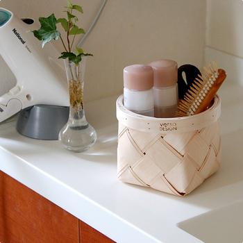 白樺を薄く削り重ねるという伝統技法で編み込まれた「Verso Design(べルソ・デザイン)」のミニバスケット。化粧品やヘアケアグッズなどを入れて収納し、使う時にはそのまま出せばとっても便利ですね!