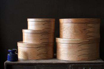 チェリー(桜)を曲げわっぱのように曲げ、接着剤を使わず小さな銅のビスとダボだけで作られた、美しい楕円形のシェーカーボックスは、カナダの名工、ブレント・ルーク氏によるもの。無駄のない洗練されたデザインが目を引きます。