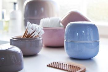 """デンマークの製陶メーカー、ケーラー社製のパステルカラーの小物入れBellino。ドレッサー周りの衛生用品やアクセサリーなど、ホコリに触れさせたくないものを入れておくのにとっても使えるアイテムなんです。 イタリア語で""""可愛い""""という意味のBellino、ころんと丸いフォルムでお部屋を可愛く彩ってくれること間違いなしですね♪"""