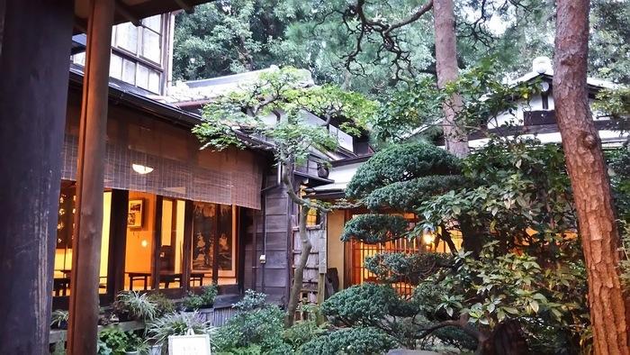 桑の木を使って建てられた古桑庵。大正時代に民家として建てられ、現在は甘味処とギャラリーが併設されている茶房です。 桑の古材が使われているから「古桑庵」。この名前はかの夏目漱石の長女の婿、小説家の松岡譲が名付けたそうです。