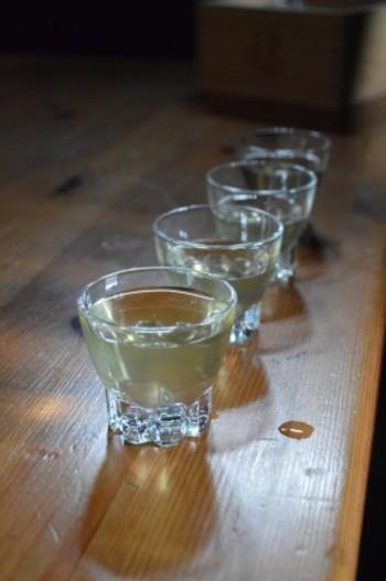 ただしこれは伝統的な製法で造られた純米酒をほどよく飲めばの話しです。昔の酒造りでは、添加物は含まれずもちろん農薬も化学肥料も無い時代なので、原料は自然に育まれた米と水です。 しかし現在は、添加物や人工的な原料から作られた、コストと生産性だけを求めた酒造りをする蔵元が増え、その結果日本酒離れが進んでいます。