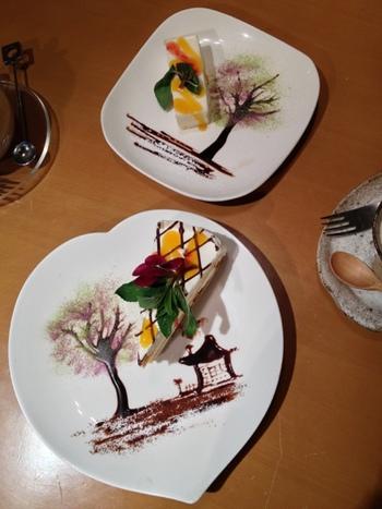 おすすめはケーキセット。お皿にこんなすてきなアートを表現してくれます。