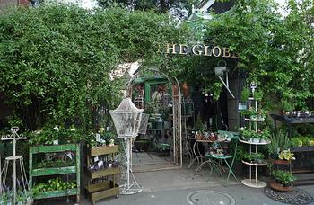 グリーンとアンティークが楽しめるグローブカフェ。イギリスのティールームのような雰囲気です。