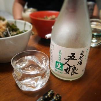 無添加・生もと造りをはじめ、微生物たちの働きを助けるような酒造りによって丁寧に作られた「五人娘」は、日本酒本来のコクと味が楽しめる美味しいお酒です。