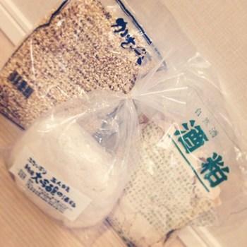 寺田本家では、お酒を絞った残りの「酒粕」も販売しています。 粒粒としたもの、板状のものなどいろいろな種類がありますよ。