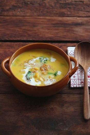 かぼちゃのスープなんて手間がかかるー!と思うのですが、こちらは作り置きできるレシピです。時間があるときたっぷり作ってストックしておけば、朝〜夜ご飯まで重宝します♡