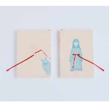リボン付きのこちらのノートは、イラストの世界と実際のリボンを表紙に開いた穴の仕掛けがつないでいます。ロマンチックで素敵ですね。