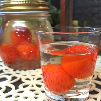こちらは、プチトマトに楊枝で穴を開けて日本酒を注ぎ、ヨーグルトメーカーにかけたトマト酒。日本酒ですから、早めに飲み切るタイプですね。もちろん、ホワイトリカーに漬け込めば、長期保存がききます。