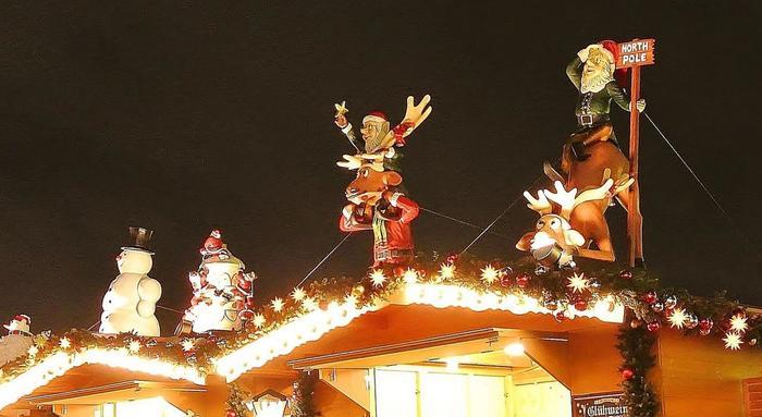 ヒュッテを訪れたら、屋根にもぜひ注目してください。トナカイ、サンタクロース、スノーマンなど、クリスマスらしい装飾がヒュッテの可愛らしさを引き立てています。