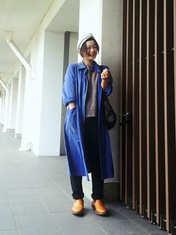 黒パンツをさわやかなブルーのコートと合わせて、シンプルなコーディネートをワンランクUP。キャメルのブーツが良いアクセントになっていますね。
