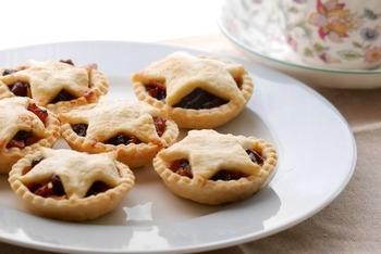 ドライフルーツがぎっしり詰まった「ミンスパイ(mince pie)」は、ひとくちサイズの食べやすさから一個食べたら止まらなくなるお味。ロイヤルミルクティーと合わせて食べれば、まさに本格派ですね。