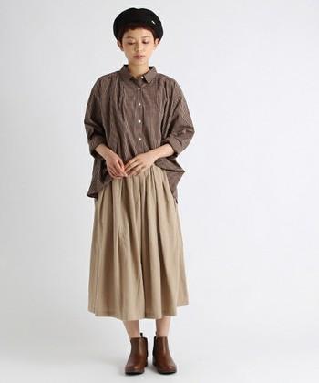 ナチュラルなベージュのカラーシャツは、ビッグシルエットのものを選ぶと今年らしい雰囲気に。全体をブラウン系のトーンでまとめた秋らしいコーディネートです。