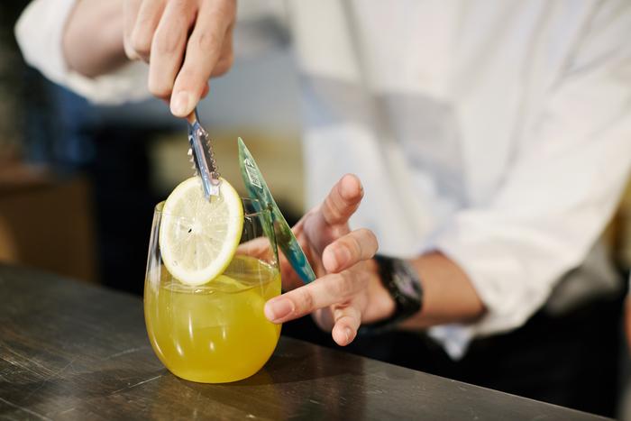 「FLAVOR NAMACHA」は、カウンターでひとつずつ丁寧に提供されます。「和」とは違ったおしゃれな空間で飲むと、また新鮮な気持ちで緑茶を楽しむことができますね。