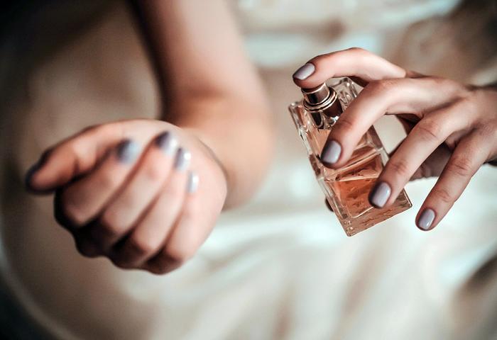 香水の香りを楽しむためには、汗やデオドラントなどの香りはNG。香水の香りが汗と混ざると、香水本来の香りを楽しめなくなります。香水をつける前にはシャワーを浴びて体を清潔にした状態でつけましょう。