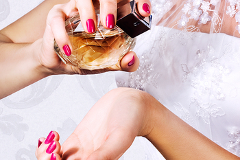 香水を付ける場所の定番「手首」。手を動かすたびに香ります。手首に香水を付けたあとにこするのはやめましょう。せっかくの香水の香りが変わってします。香水を付けたらそのままでOK。