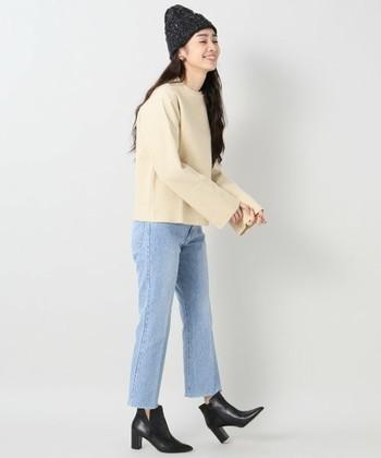 一見、普通のスウェットに見えますが、着丈はやや短め、袖口は広めと、シルエットへのこだわりが感じられます。デニムも細身タイプを選んでヒールを合わせれば、大人のこなれファッションの完成。