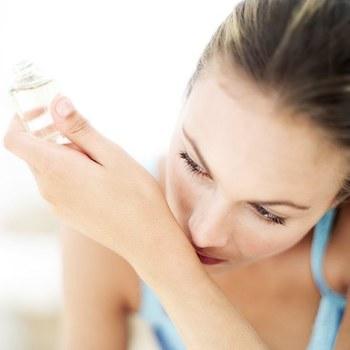 愛用の香水の香りに慣れてしまうと、香っているのに薄く感じることも。でも、香水を付ける回数を増やすことはしないようにしましょう。自分ではあまり香りがしないと思っても、周りにいる人はキツイ香りを不快に思う人も多いもの。周囲への配慮を忘れずに香水を楽しみましょう。