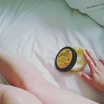 香水の香りがすぐに消えて長持ちしない時ってありますよね。そんなときは「保湿クリーム」を使ってみましょう。保湿クリームで肌を保湿してから香水を使うと香りが長持ちしますよ。