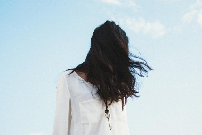 香水を付けない方がいい場所、それは「首」「足の裏」「髪」。首は鼻との距離が近く、香りに酔ってしまいます。直射日光に当たると香水を付けた場所がシミになってしまうことも。足の裏は汗をかきやすい場所。汗と混じって香りが変わってしまいます。髪につけると、香水に入っているアルコールが原因で傷んでしまいます。首と足の裏、髪は避けておきましょう。