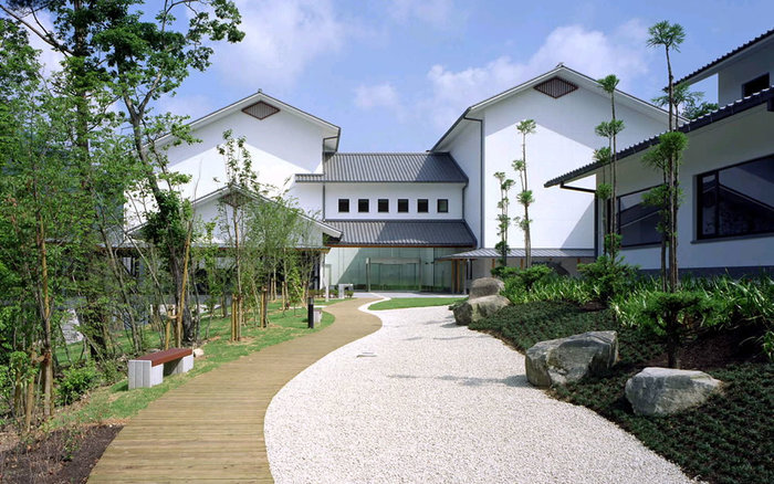 兵庫陶芸美術館 / 兵庫県丹波市・・・丹波の自然豊かな森の中、5つの建物で構成される美術館は陶磁器を通して人々の交流を深めることを目的としています。蔵のような建物が印象的ですね。ここにミュージアムカフェ「虚空蔵」があります。