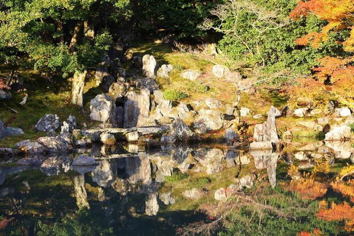 """「龍門瀑(りゅうもんばく)」は、""""登竜門""""の故事にちなんで、鯉が滝を上る様子を表した石組の造作です。  """"登竜門""""とは、成功への難しい関門を突破したことを指す諺で、一般的に立身出世のための関門としてよく用いられる語句です。元々は、『後漢書』に記された、流れの激しい龍門という河を上った鯉は龍になるという伝説になぞらえた故事に由来します。"""