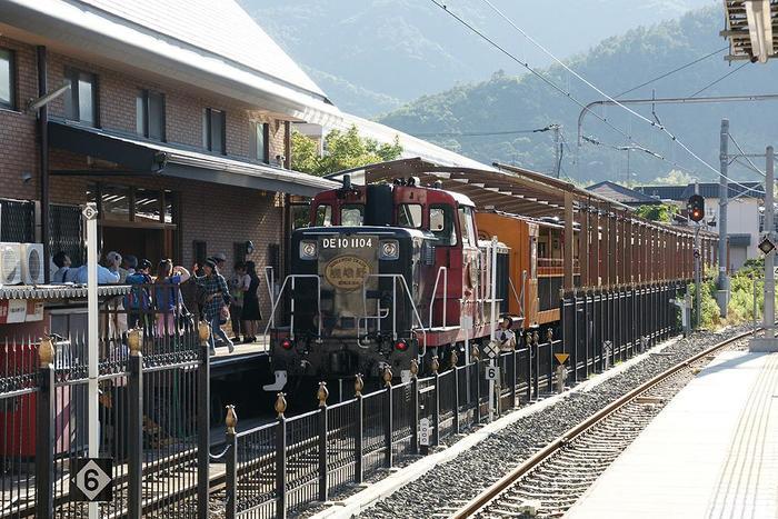 【トロッコ列車の始発駅「トロッコ嵯峨駅」は、「JR嵯峨嵐山駅」に隣接しています。】