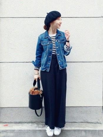 コンパクトなサイズ感のものを選ぶと女性らしく着こなせますよ。ベレー帽とバケツ型バッグが今っぽい雰囲気ですね。