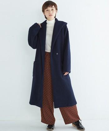しっかりとしたネイビーのガウンコート。テラコッタカラーのドット柄パンツで、大人っぽいコントラストを楽しんで。