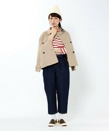 ショートトレンチコートは、パンツ、スカート、ワンピースなど様々なコーディネートにフィットします。赤ボーダーと合わせるとフレンチシックな装いに仕上がります。
