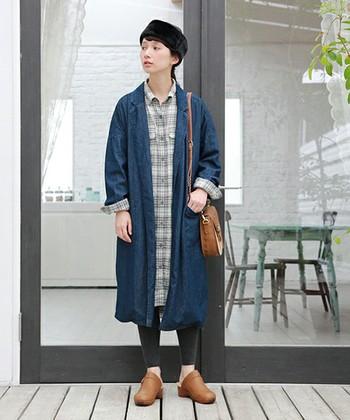 初秋のアウターにぴったりのデニム素材のガウンコートとシャツワンピースを合わせたリラックススタイル。足元には、ほっこりとしたサボを合わせています。