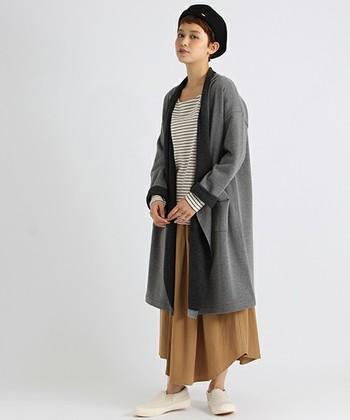 端が揺れるようなニュアンスのあるデザインが魅力のガウンコートは、アシンメトリーなロングスカートとも相性◎