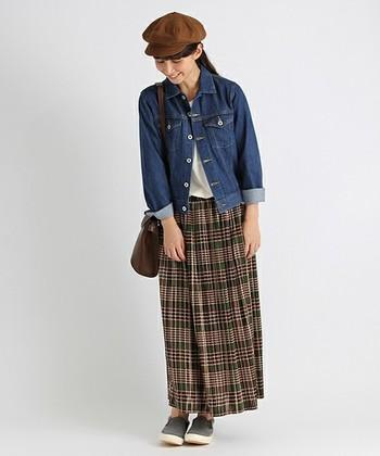 スタイルをラフな着こなしに仕上げてくれるGジャン。チェック柄のロングスカートとベレー帽を合わせれば、秋のデートコーデにぴったりです。