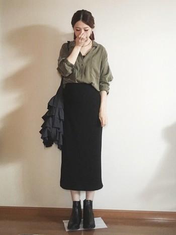 カーキ×黒の組み合わせは、秋にぴったり。シャツの着崩し方が絶妙ですね。スカートに合わせてブーツとバッグは黒でシックにまとめて。